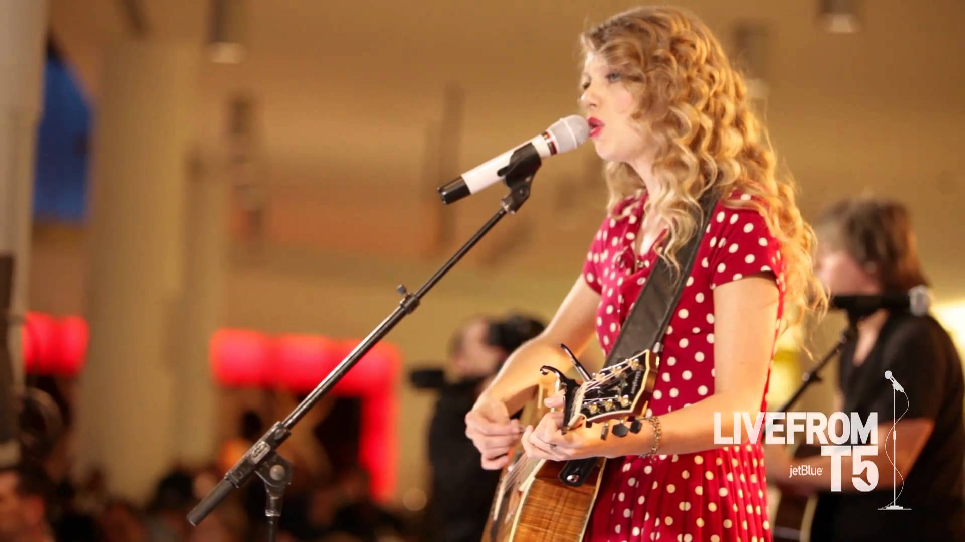 Taylor Swift singing with guitar